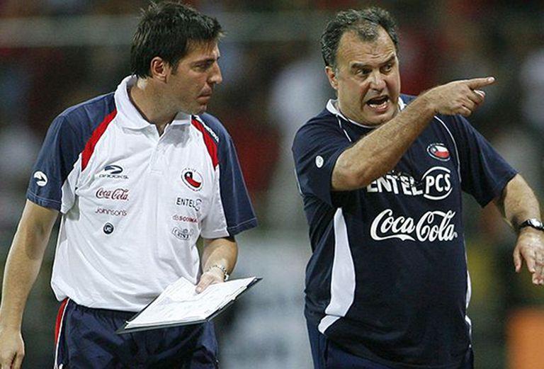 Con Bielsa en la selección de Chile: allí comenzó su nueva etapa en el fútbol, al lado de su referente