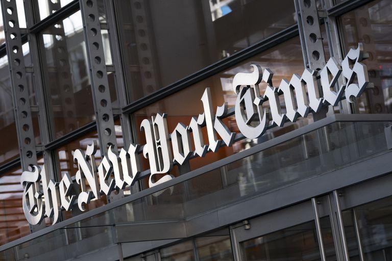 ARCHIVO - En esta imagen del jueves 6 de mayo de 2021, un cartel del New York Times se ve en la fachada de su edificio en Nueva York. Muchos sitios web quedaron fuera de servicio tras una aparente caída generalizada de la firma de computación en nube Fastly. Docenas de webs con mucho tráfico, como las del New York Times, la CNN, Twitch, Reddit y el sitio del gobierno británico, aparecían desconectadas. (AP Foto/Mark Lennihan, Archivo)