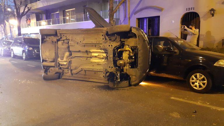 Según los testigos, el conductor que volcó su auto parecía alcoholizado