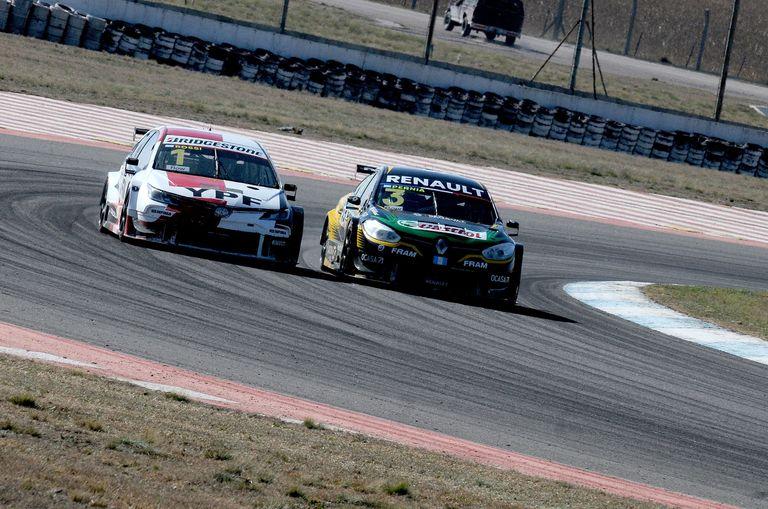 El ataque de Matías Rossi (Toyota Corolla) para superar a Leonel Pernía (Renault Fluence); el Misil logró su triunfo 42 en la categoría