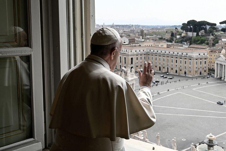 El Papa saluda a una Plaza San Pedro, prácticamente vacía