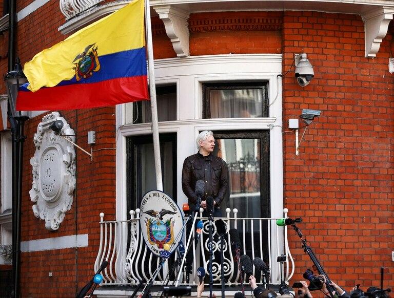 Assange, durante una conferencia de prensa en uno de los balcones de la embajada de Ecuador en Londres en los primeros días de su asilo