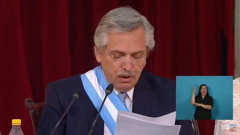 Alberto Fernández leyendo su discurso en el Congreso