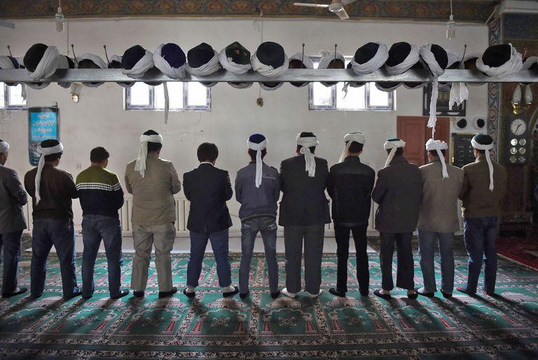 Miembros de la comunidad uigur en una mezquita en Xinjiang