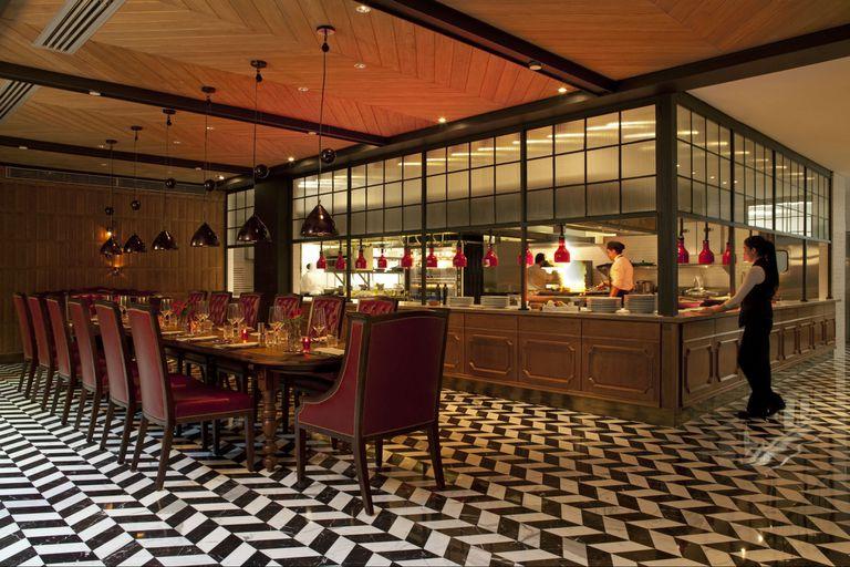 Otra de las mesas comunitarias del restaurante Four Seasons ubicada frente a la barra.