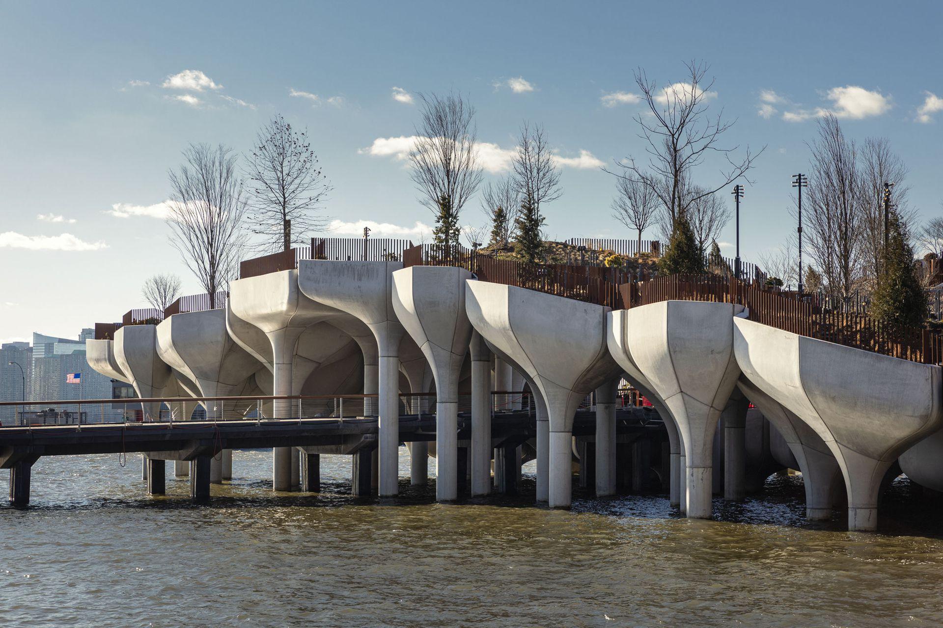 """Little Island se compone de un anfiteatro de 687 asientos (""""The Amph""""), una plaza central con asientos y puestos de comida y bebidas (""""The Play Ground""""), un escenario íntimo y espacios de césped (""""The Glade""""), y deslumbrantes vistas del parque, la ciudad de Nueva York y el río Hudson. El diseñado arquitectónico estuvo a cargo de Thomas Heatherwick de Heatherwick Studio."""