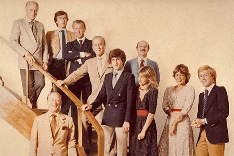 La familia en los años 70; las tres generaciones de los creadores del sello de la doble G, los mocasines de cuero y la cinta tricolor, que llevaron el Made in Italy a la cumbre de la moda y terminaron quebrados por propias pasiones
