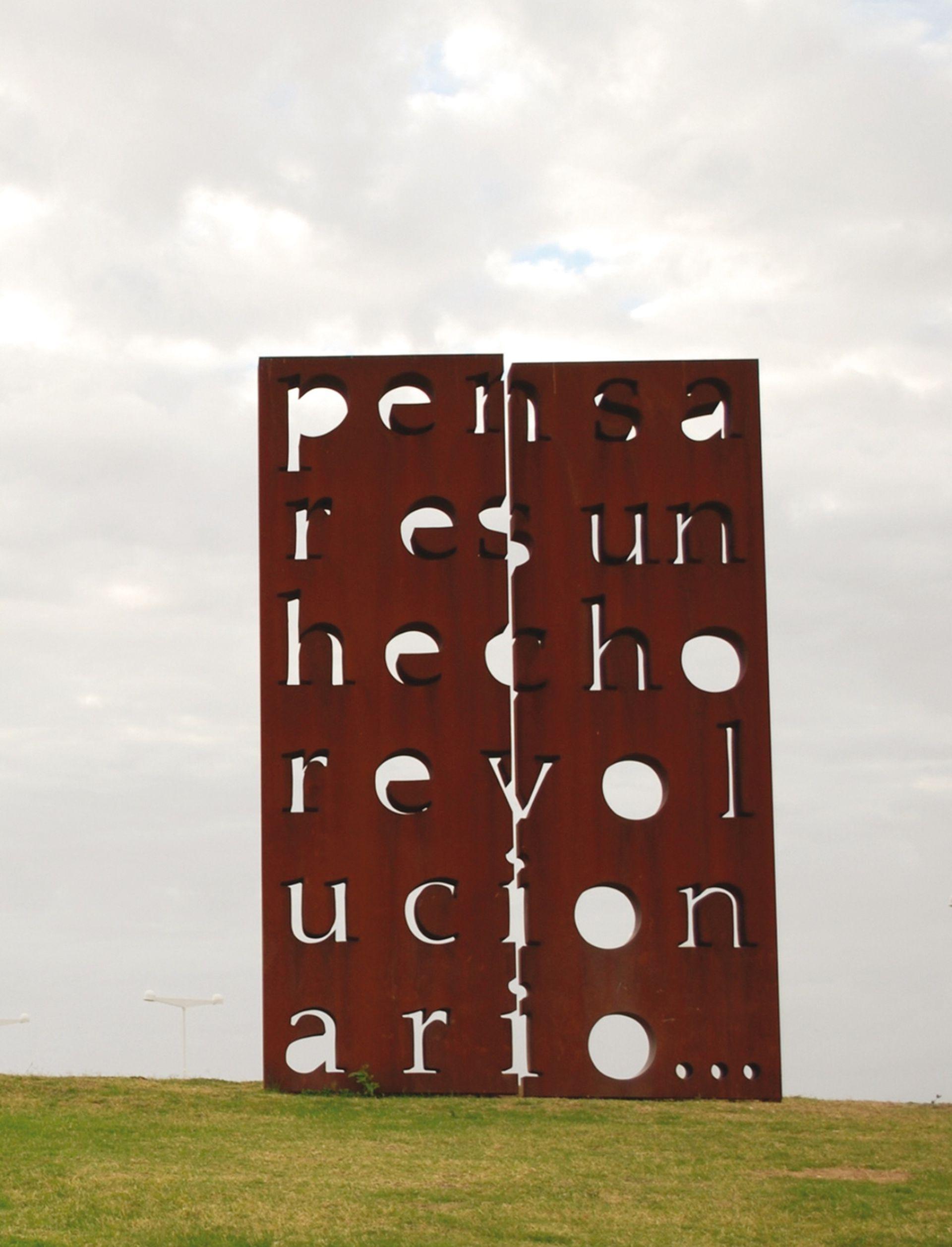 Pensar es un hecho revolucionario; se lee en la escultura que realizó para el Parque de la Memoria