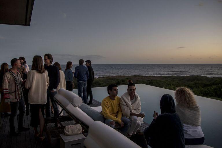 Un atardecer con vista al mar fue el entorno perfecto para discutir sobre la importancia de la búsqueda de una moda ética, de la mano de Oskar Metsavaht