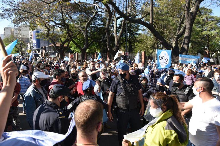 No hubo incidentes, pero sí cruce de insultos entre los manifestantes