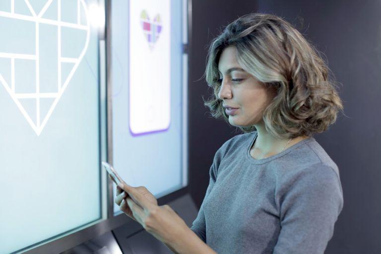En la nueva tienda el cliente elige sus productos a través de una pantalla de 120 pulgadas y una vez hecha la selección un robot entrega las mercaderías en 15 segundos