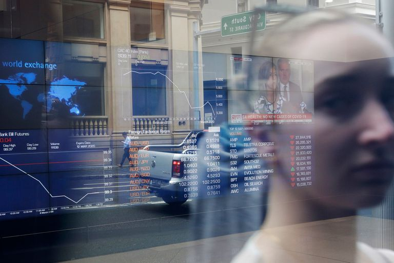 El desplome de los precios del petróleo y el temor a un freno generalizado de la economía por el coronavirus arrastraron este lunes las bolsas a una jornada negra, con importantes caídas en índices de todo el mundo.