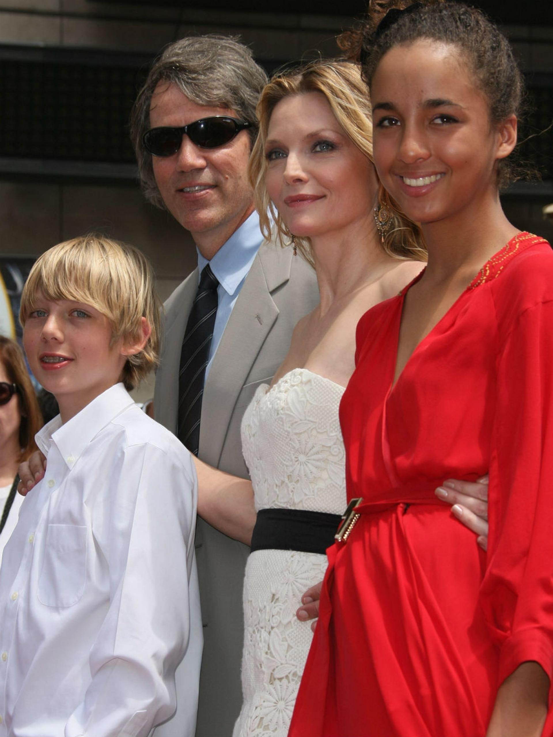 Michelle Pfeiffer junto a su marido David y sus hijos Claudia y Johnn, cuando recibió la estrella en el Paseo de la Fama de Hollywood en 2007