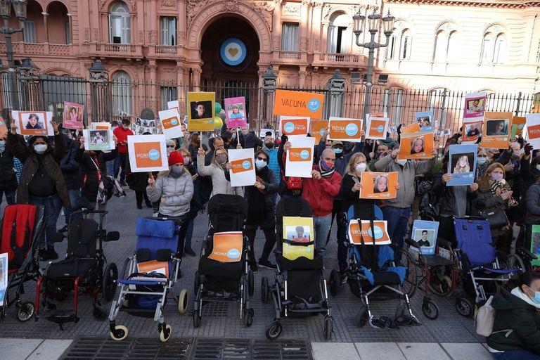 En Plaza de Mayo, padres de menores con comorbilidades reclaman vacunas para sus hijos