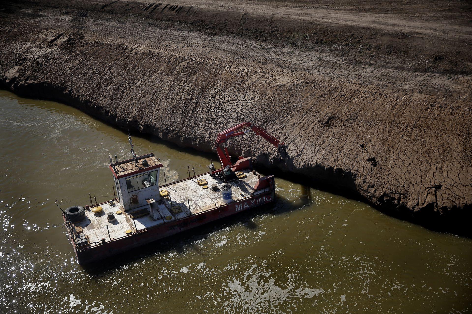 Máximo, una de las dragas operativas en el Río Salado