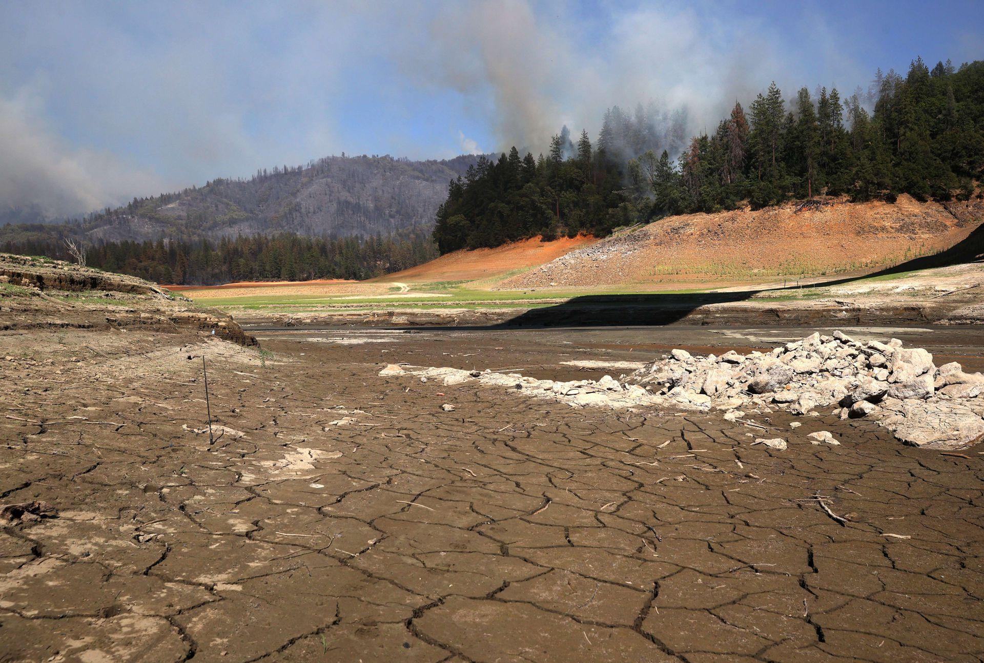 Este año además del calor California enfrenta un sequía pocas veces vista en su historia, los ríos están secos, hay temperaturas muy alta y fuertes vientos