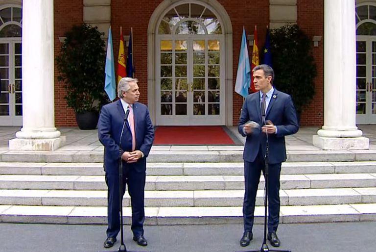 Alberto Fernández junto al presidente de España, Pedro Sánchez