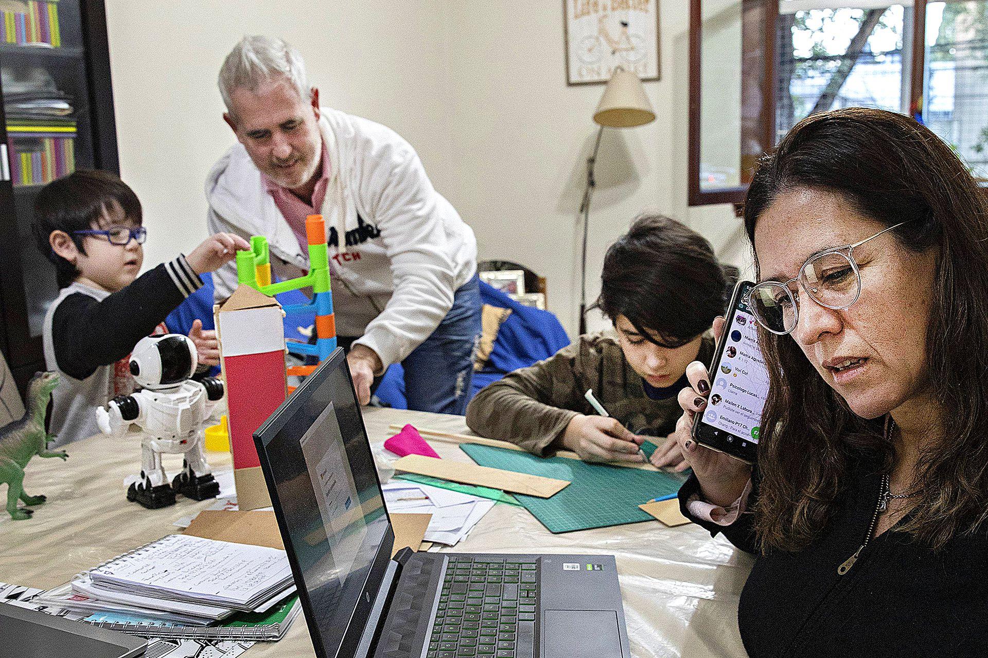 Como ocurre en otros hogares, en la casa de  Carolina del Barco y Emiliano Monteagudo se trabaja, juega y estudia en el mismo espacio