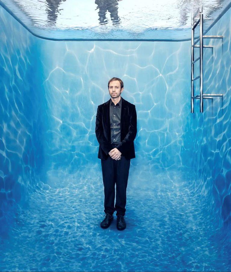 El artista Leandro Erlich dentro de Swimming Pool, la obra que se convirtió el selfie obligada y contribuyó a instalar su muestra en el primer puesto de las más visitadas del Malba