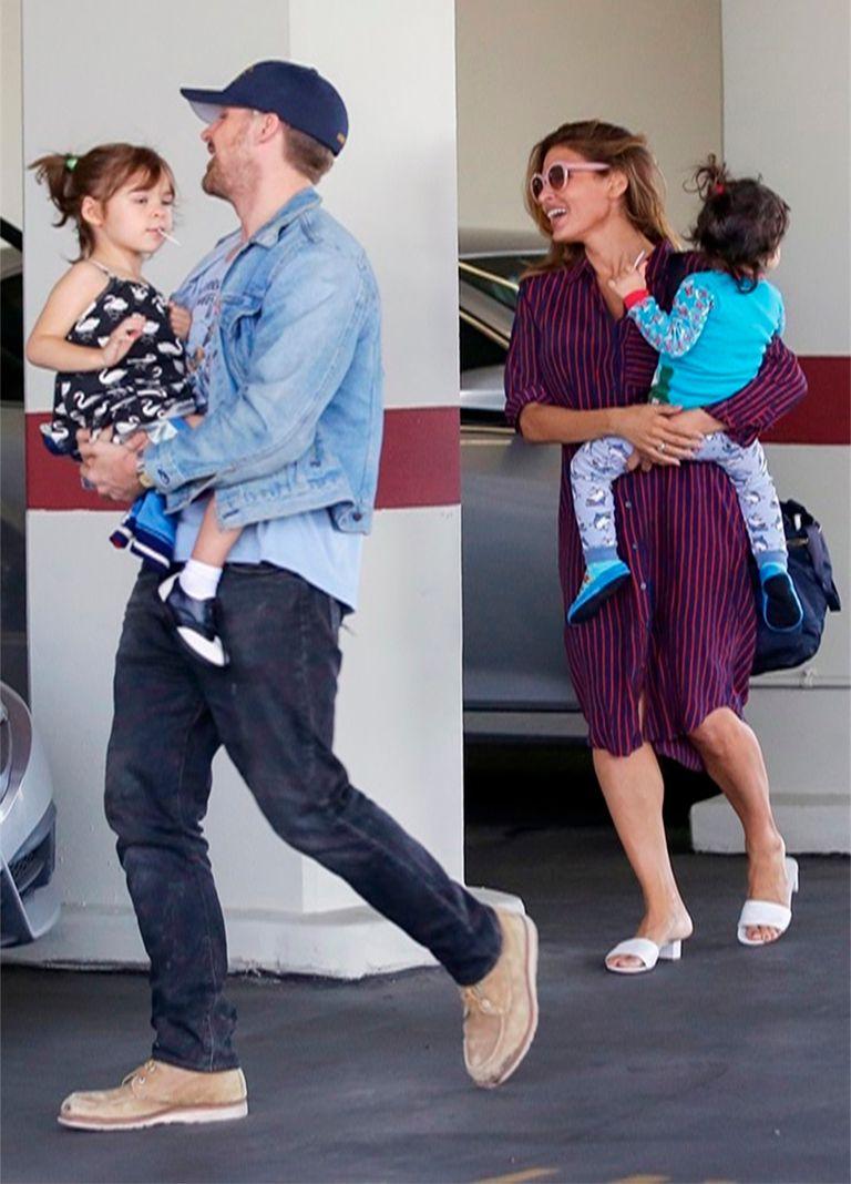 Ryan Gosling y Eva Mendes se ríen al ser captados por las cámaras en un momento íntimo junto a sus niñas