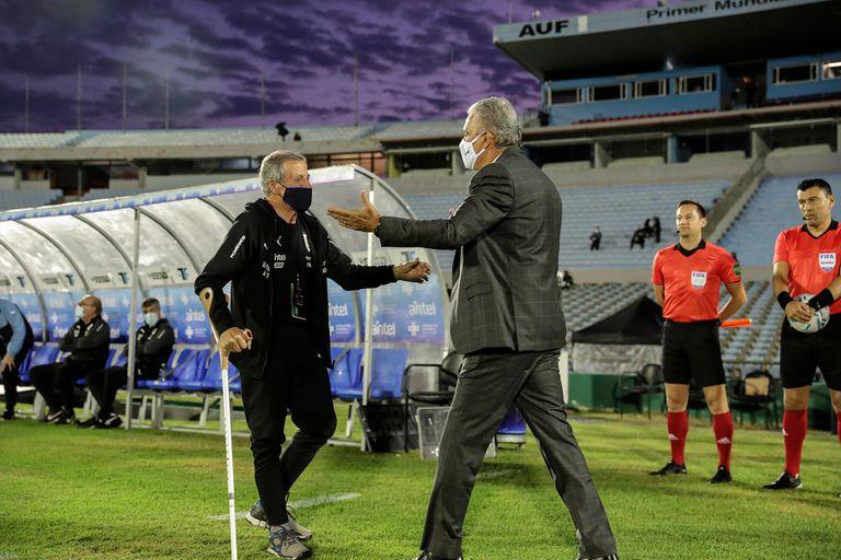 Oscar Washington Tabárez y Tite se saludan en el último Uruguay-Brasil, en Montevideo.