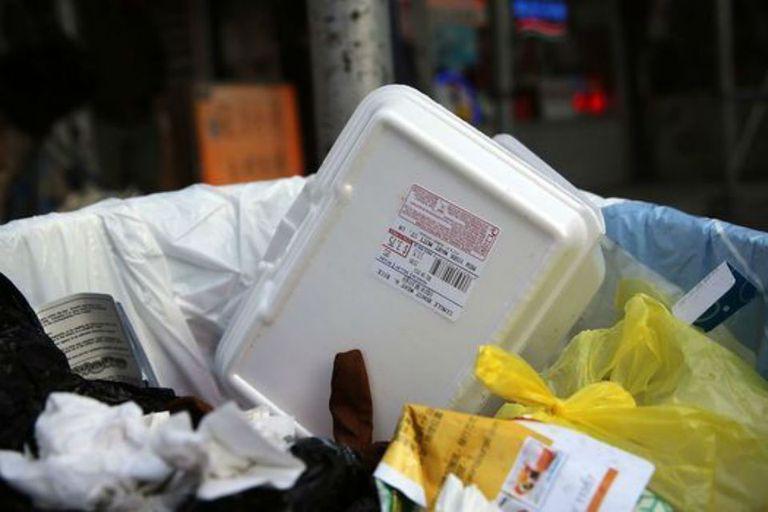 El material es muy difícil de reciclar. Un plato por ejemplo no puede reciclarse y convertirse en una taza