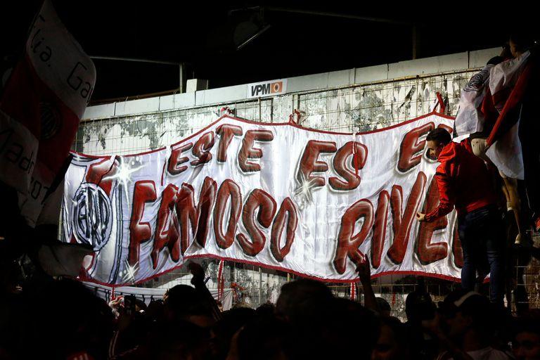 Los hinchas de River celebraron en el Monumental la clasificación a la final de la Copa Libertadores hasta la madrugada.