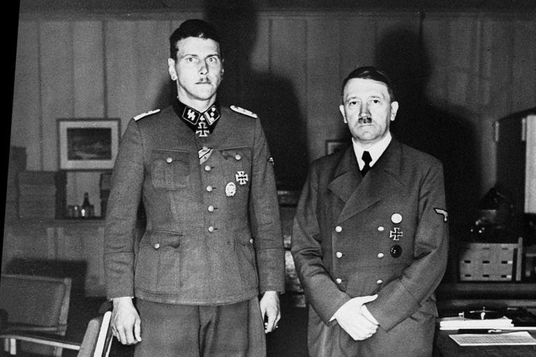 Otto Skorzeny y Adolf Hitler en 1943