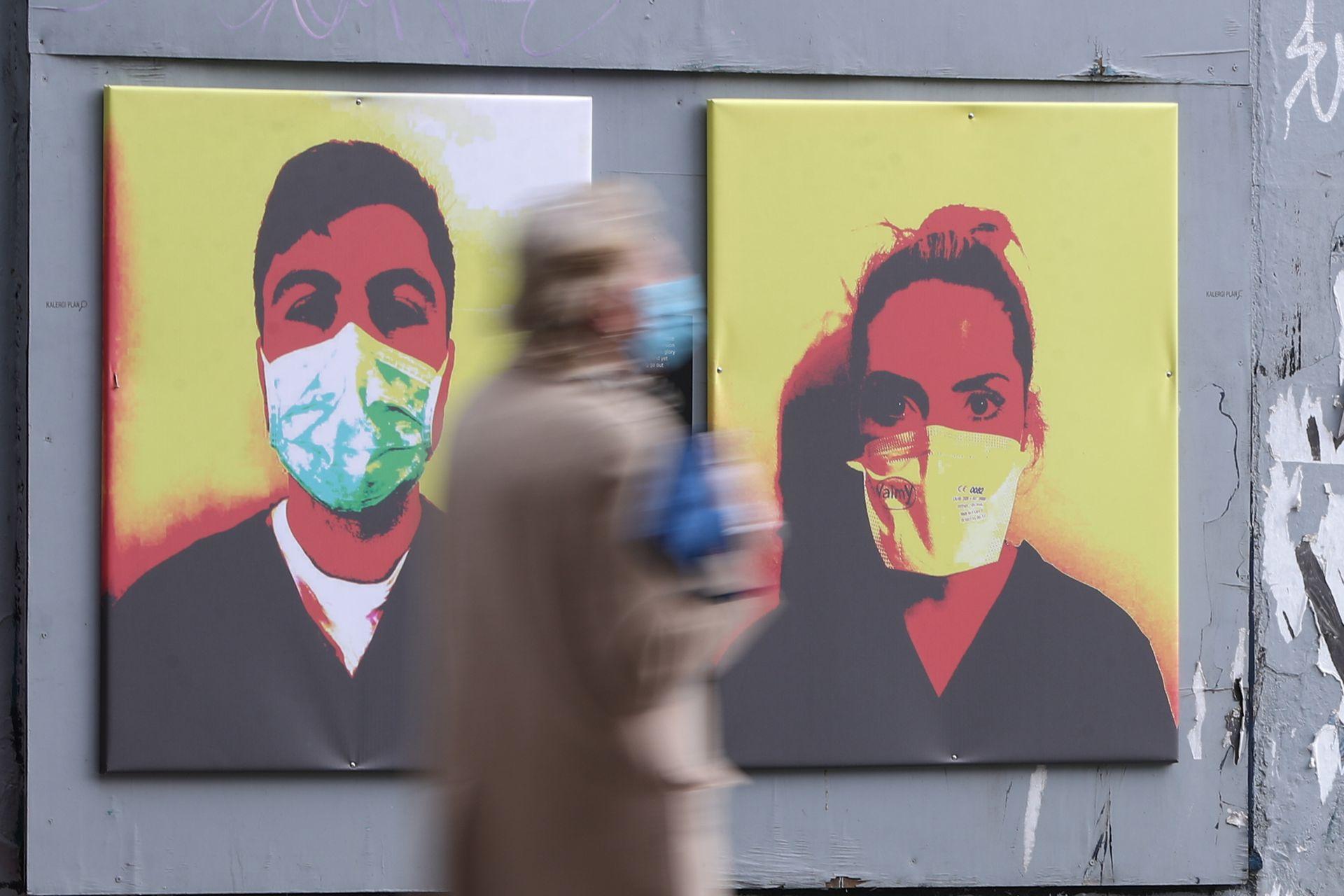 Graffiti creado por el colectivo SUBSET que muestra la imagen de los trabajadores de la salud con máscaras quirúrgicas, Dublín, Irlanda