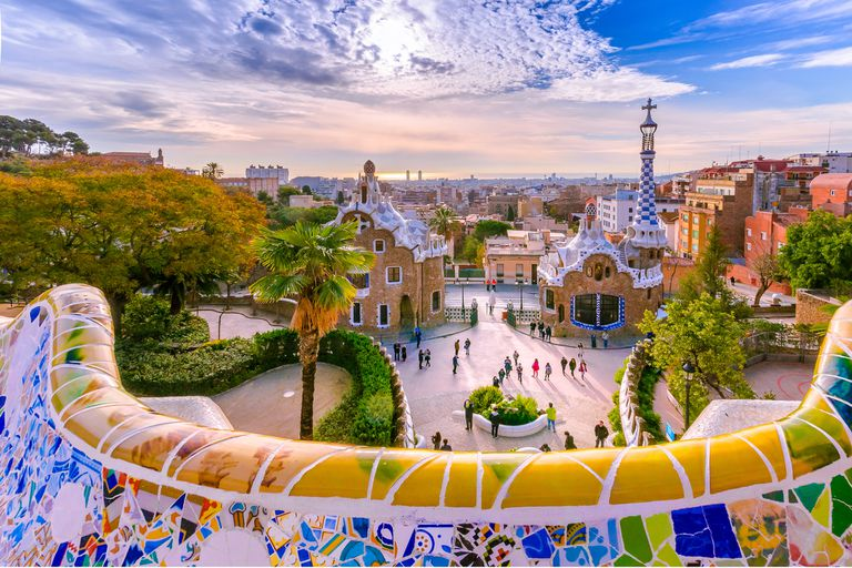 Por 300 euros se puede llegar a la ciudad de Gaudí, pero hay que leer la letra chica