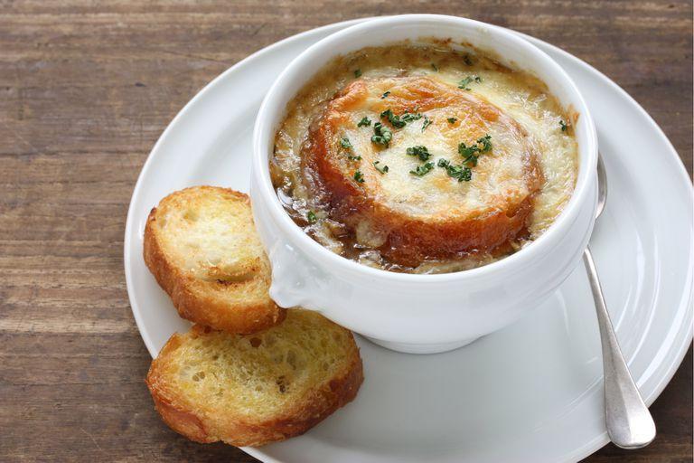 Sopa de cebollas gratinada al estilo francés