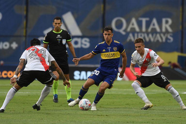 Gonzalo Maroni domina la pelota ante Enzo Pérez y Agustín Palavecino durante el superclásico entre Boca Juniors y River Plate