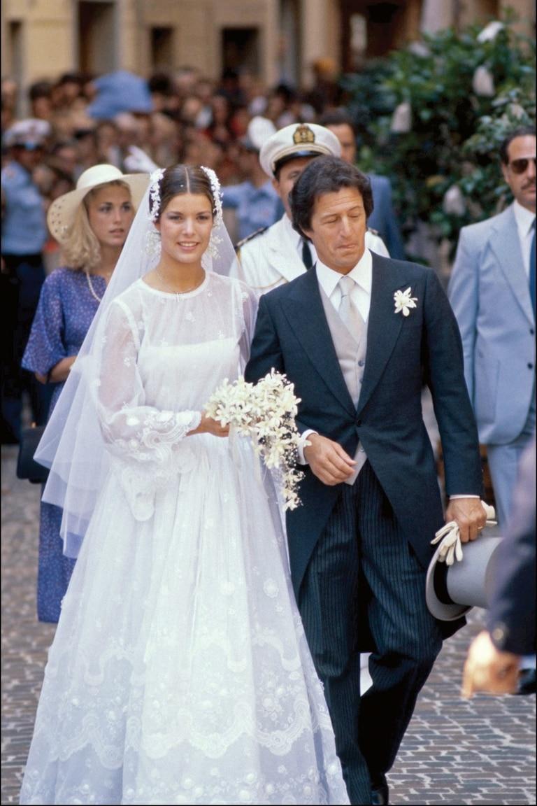 Guardaba cierto parecido con el que llevó su madre en su boda con Philippe Junot –literalmente, cuarenta años antes, se casó el 29 de junio del 73–, un diseño de Marc Bohan para la maison Dior.