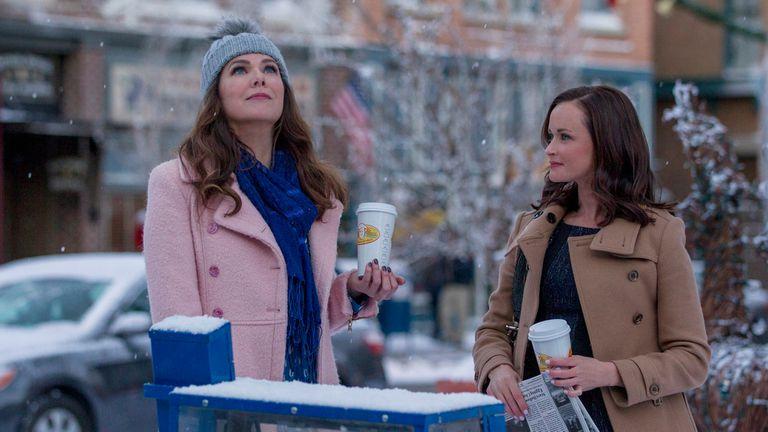 Lorelai (Lauren Graham) huele nieve; Rory (Alexis Bledel) lo sabe