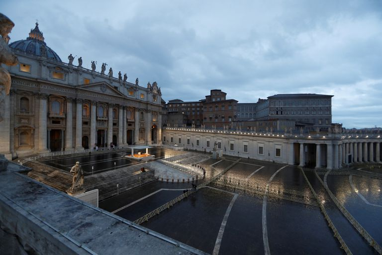 El papa Francisco da una misa en la Plaza San Pedro vacía
