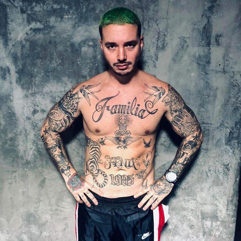 """J Balvin tiene la palabra """"familia"""" tatuada en el centro del pecho; el artista tiene múltiples tatuajes que comenzó a hacerse a sus 12 años"""