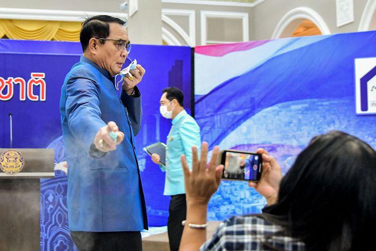 El primer ministro de Tailandia se enojó con una periodista y le roció alcohol