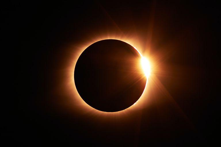 Los científicos advirtieron sobre las consecuencias de observar el eclipse sin protección