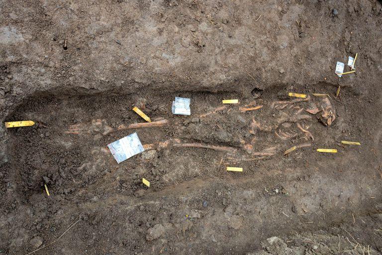 Uno de los individuos fue enterrado con monedas de plata en su boca