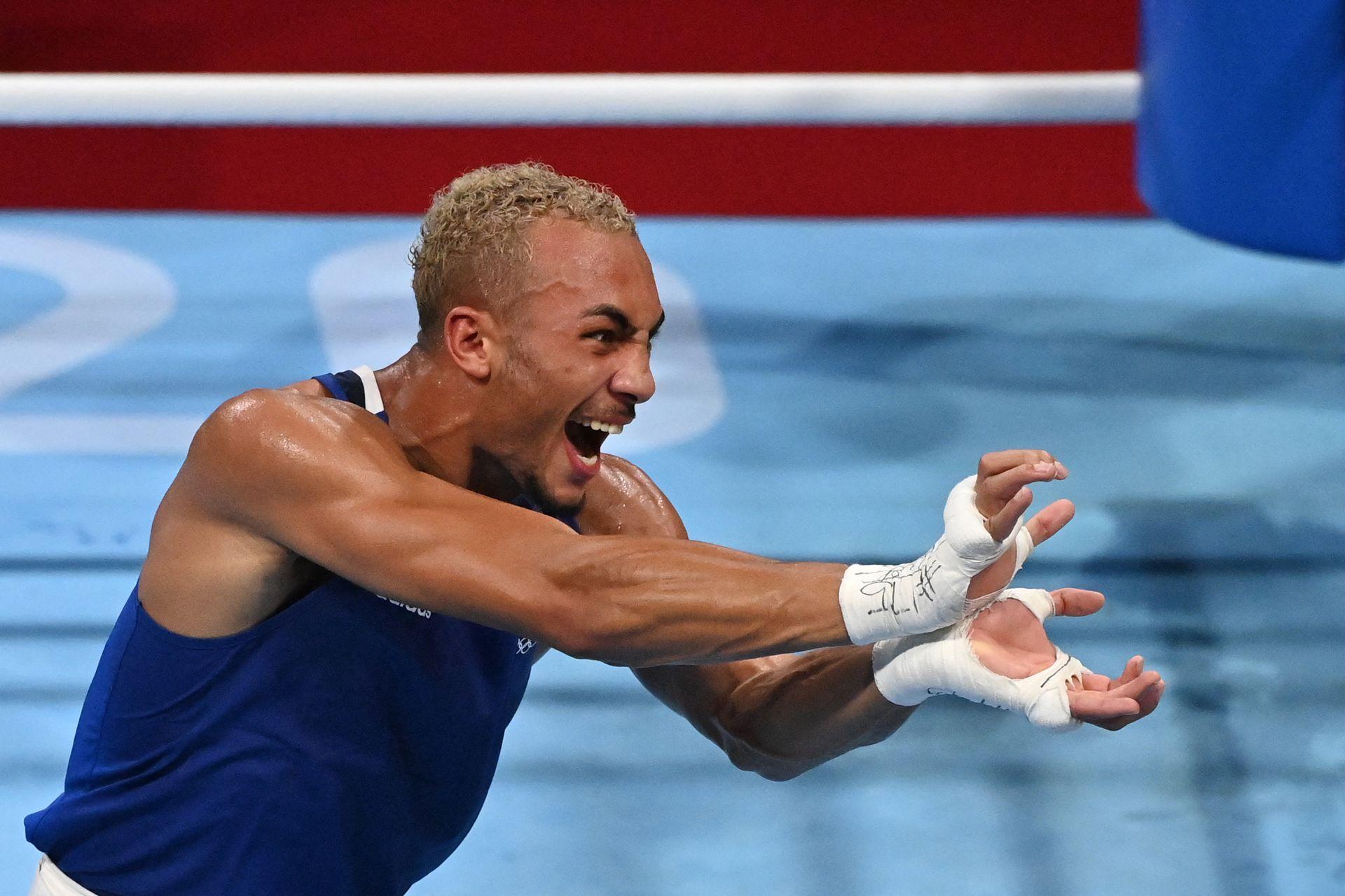 El británico Benjamin Whittaker (azul) celebra después de ganar contra el brasileño Keno Machado después de su combate de boxeo de cuartos de final de peso ligero masculino (75-81 kg) durante los Juegos Olímpicos de Tokio 2020 en el Kokugikan Arena de Tokio el 30 de julio de 2021