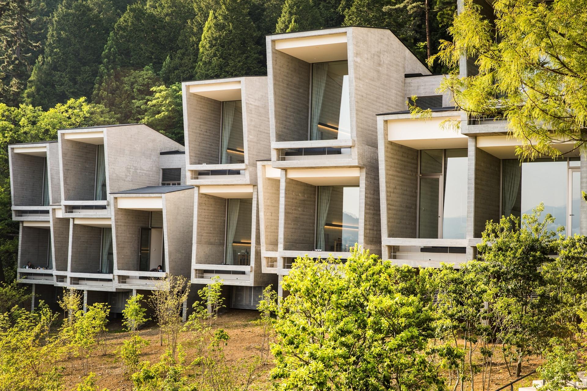 En un entorno boscoso, todas las habitaciones tienen vista al lago Kawaguchi.