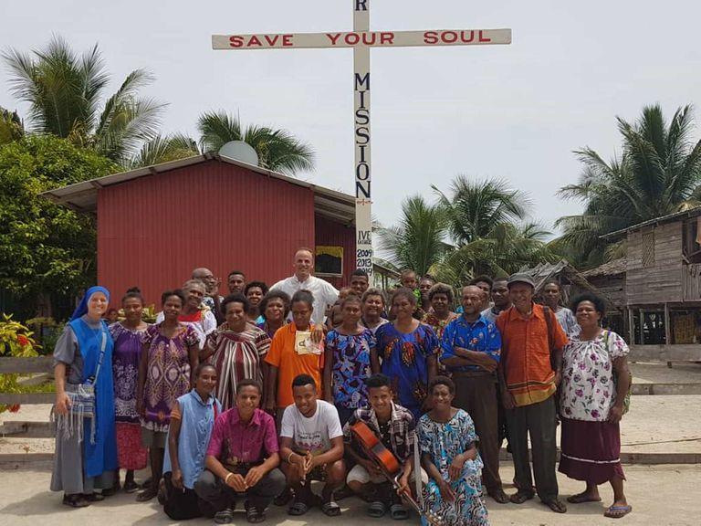 """El padre Miguel junto a los aldeanos en un pueblo en el que """"hay mucho por hacer"""""""