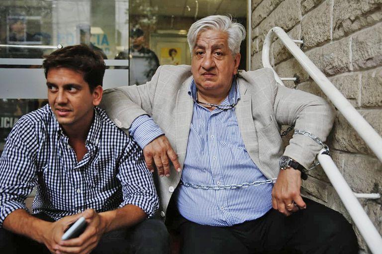 El sindicalista Julio Piumato se encandenó por más de 13 horas a una comisaría