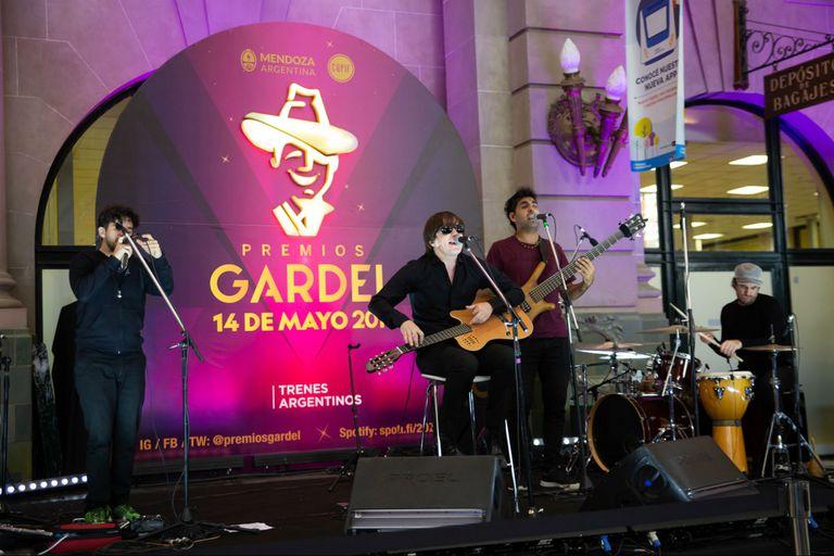 Nahuel Pennisi cantó en la Estación Retiro para promocionar los premios Gardel