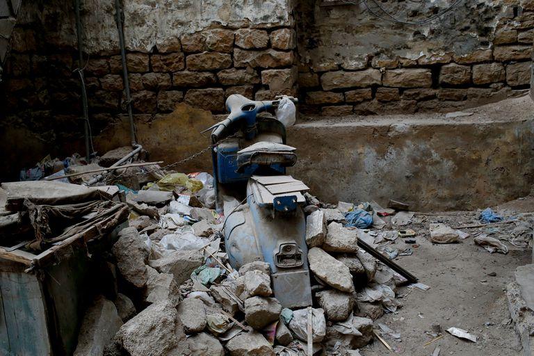 Una vieja Vespa está encadenada en una casa en un vecindario en Karachi