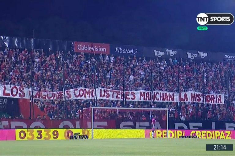 Tres banderas amenazantes retrasaron el partido entre Newell's y Patronato