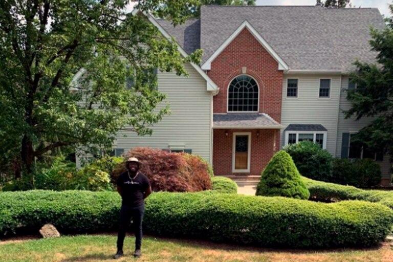 Chris Atoki logró comprar su casa luego de haber sido echado de su hogar a los 20 años