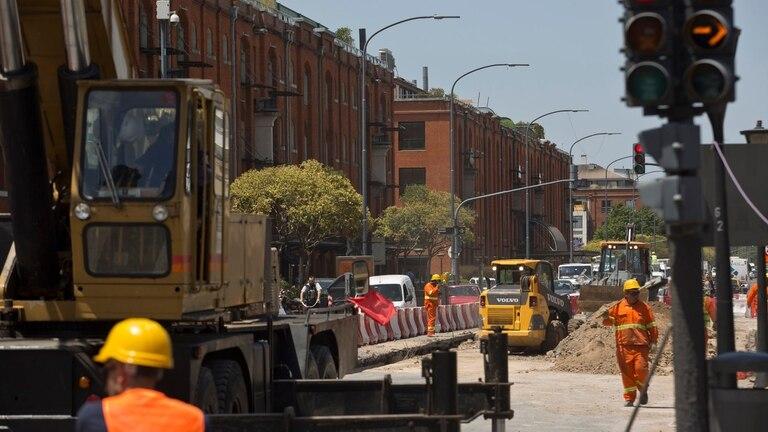 Grandes maquinarias obligan a disminuir carriles o cortas las calles para que puedan continuar con la obra