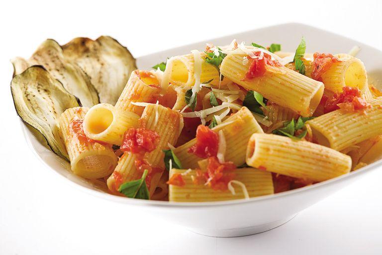 Rigatoni con salsa y berenjenas