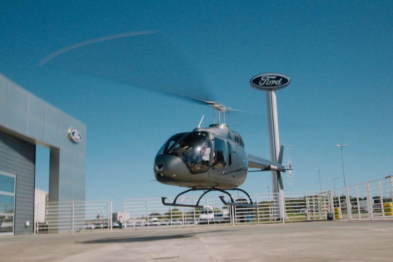 El helicóptero aterrizando en el playón del concesionario